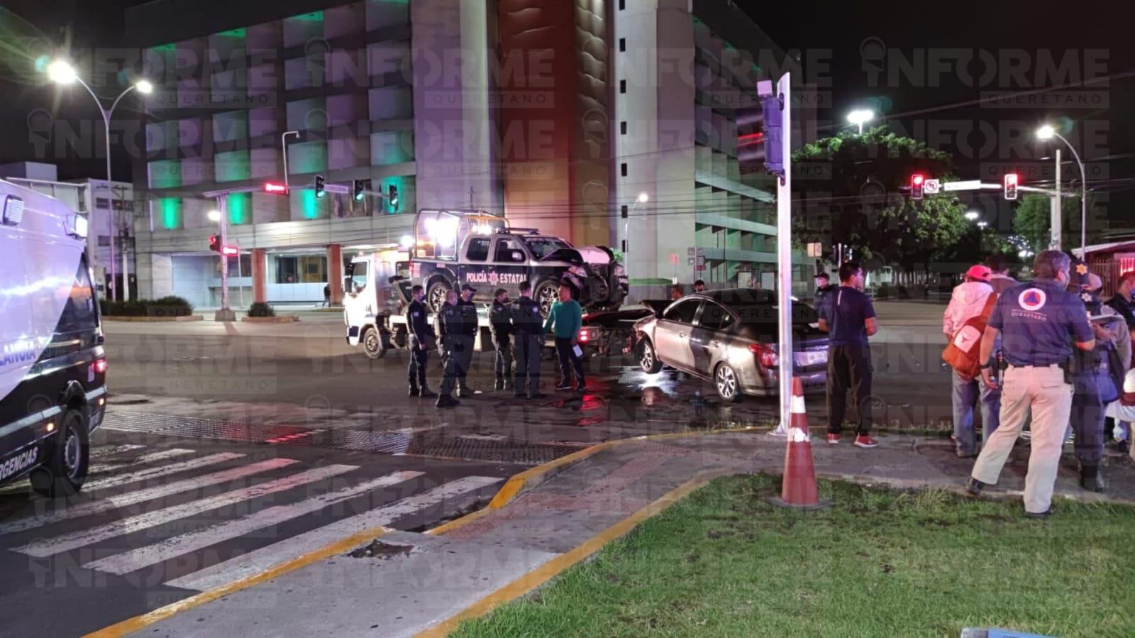 Semaforazo entre patrulla y auto particular