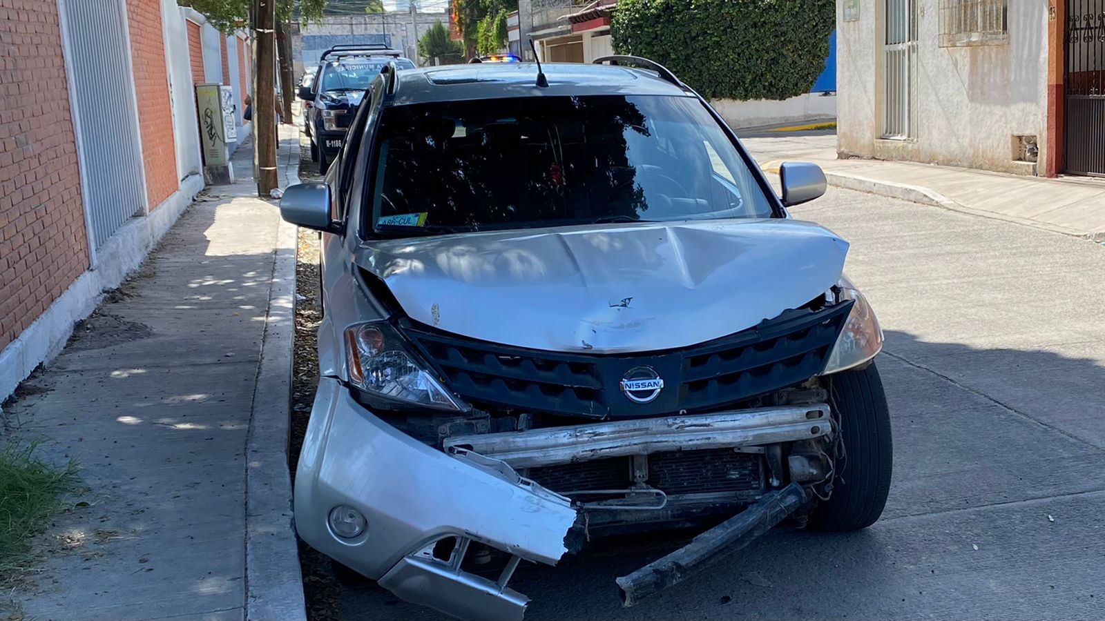 Abandonan camioneta en Los Alcanfores tras riña y dañan autos