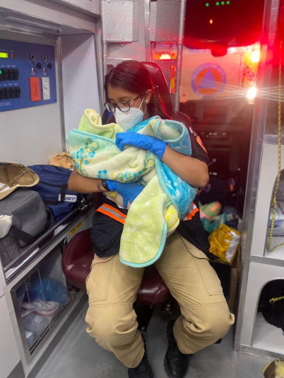 Asiste Protección Civil a una mujer en parto fortuito