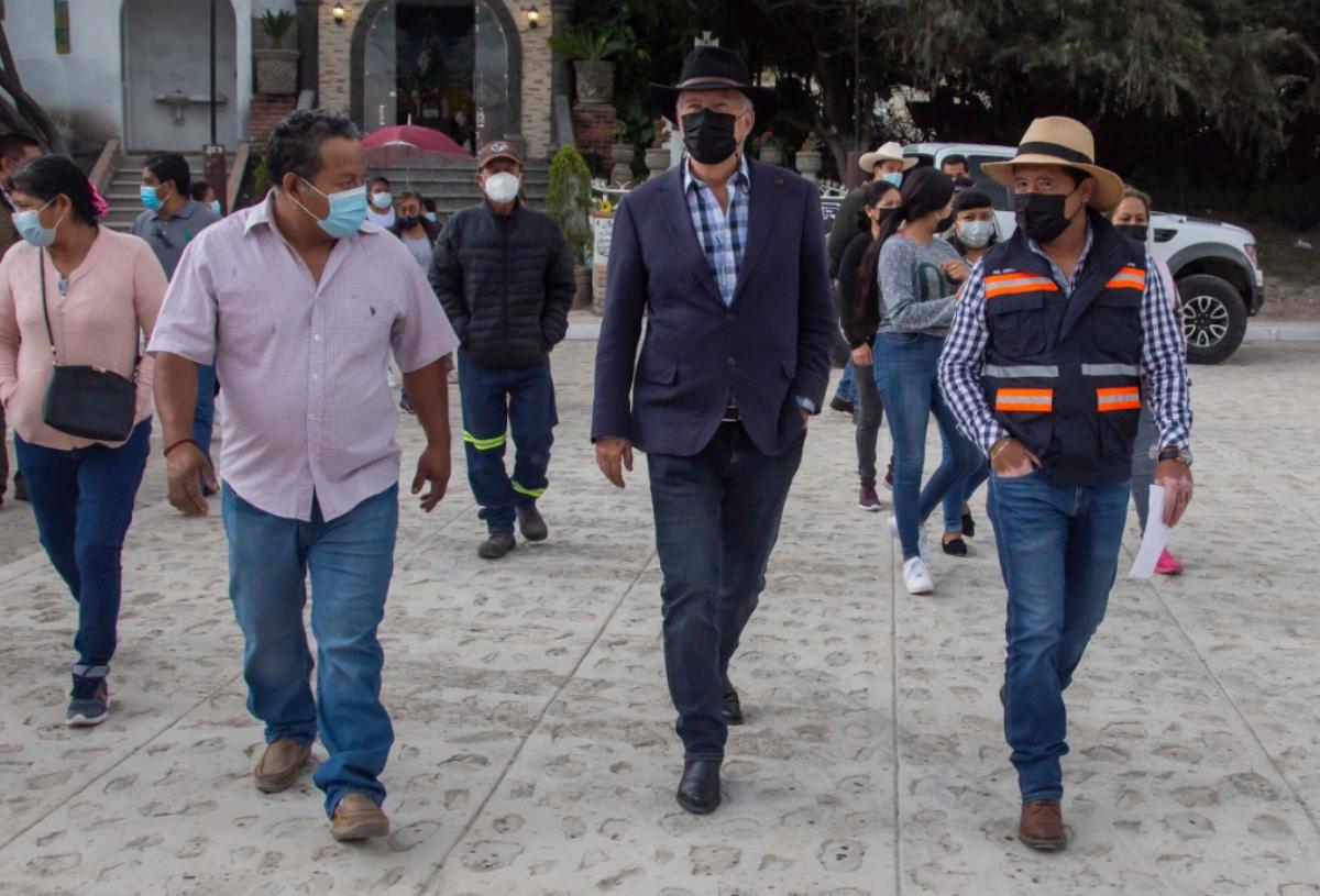 Enrique Vega entrega obra en tres comunidades