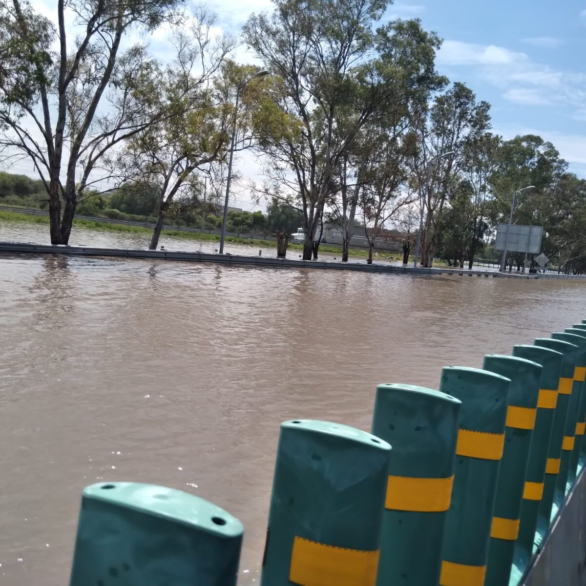 Amanece inundada la carretera Cuota a Celaya