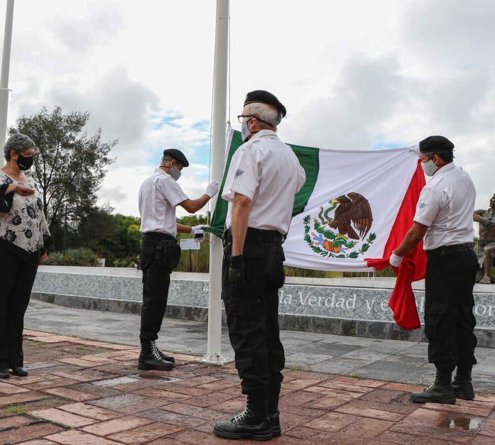 UAQ rinde homenaje a víctimas de COVID-19 durante Honores a la Bandera