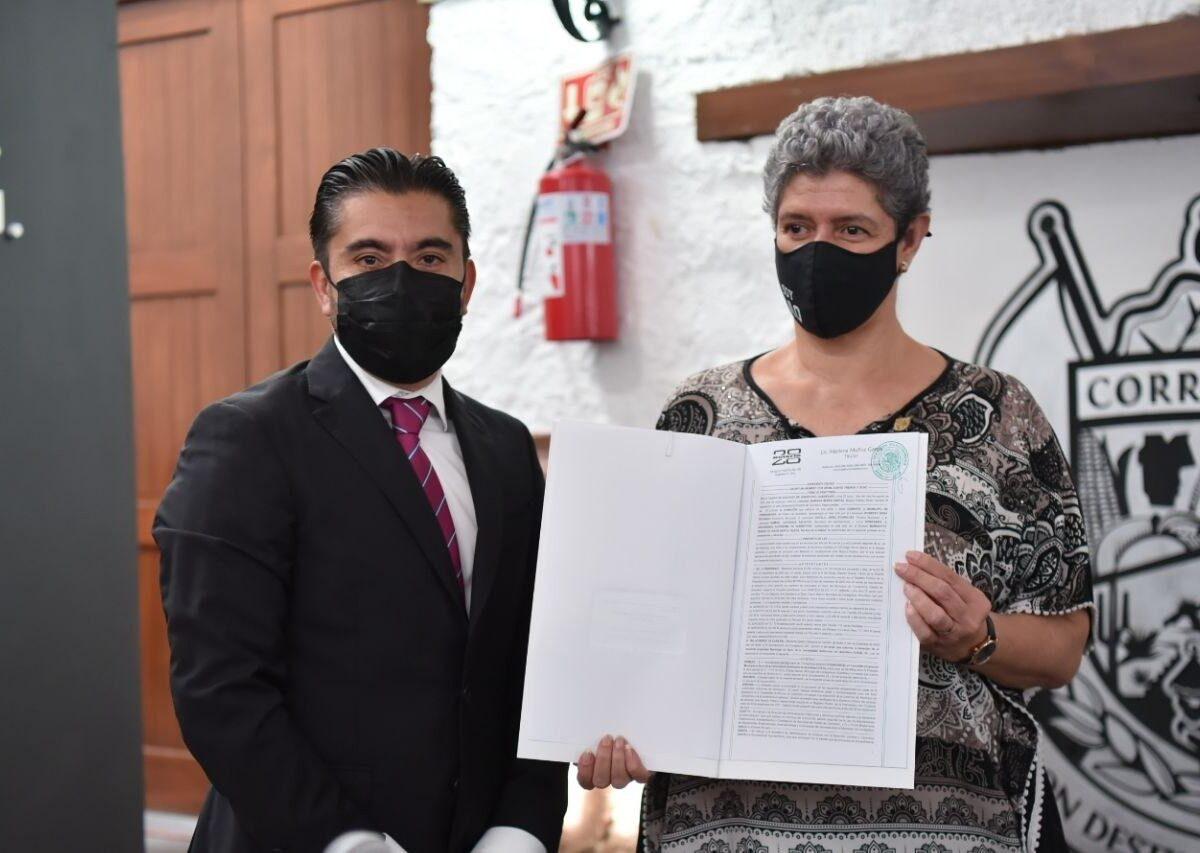 Corregidora entrega escrituras de terreno donado a la UAQ