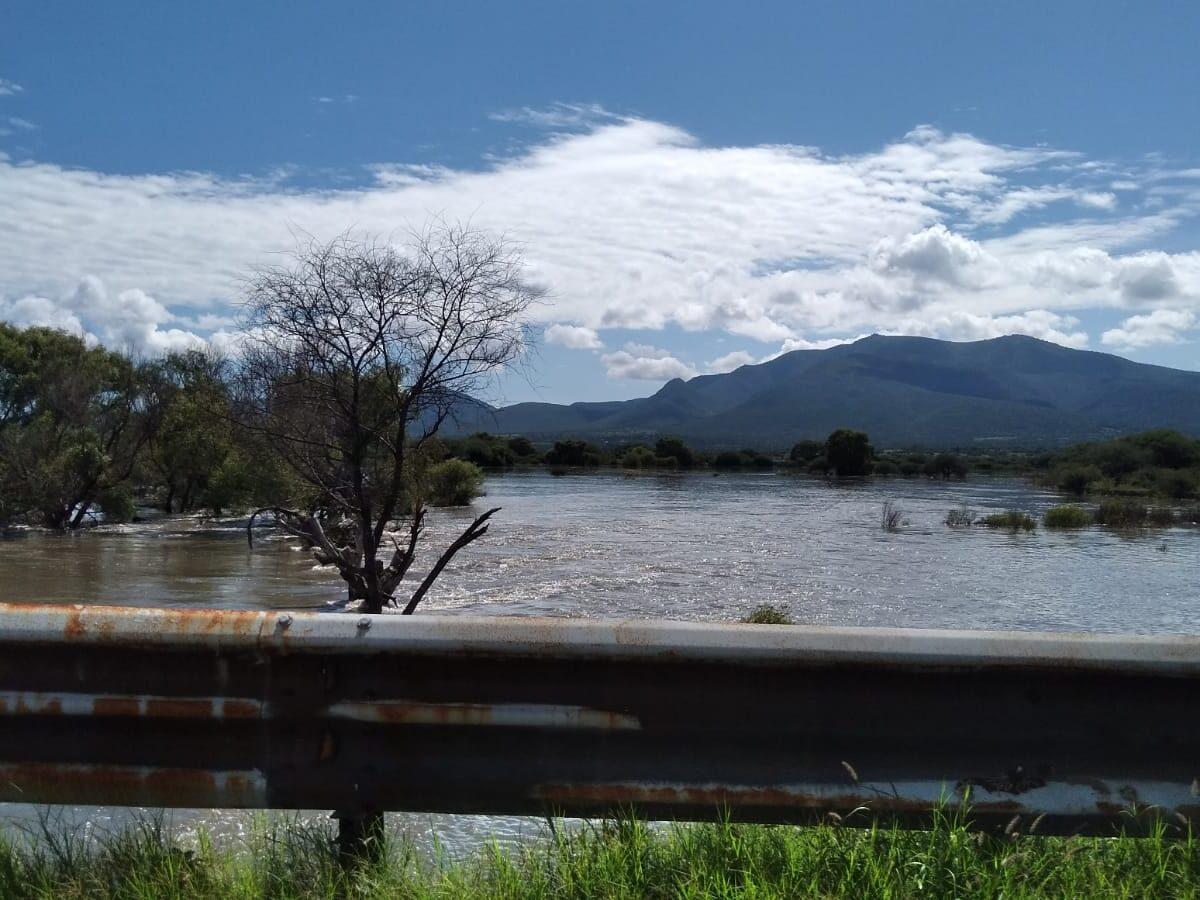 La presa centenario sigue desfogando de manera considerable