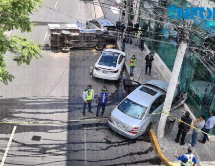 Camioneta repartidora de gas LP chocó vehículos y volcó en Bernardo Quintana