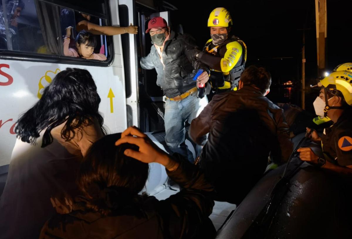 Personal de Protección Civil rescata a 29 ciudadanos varados en camión