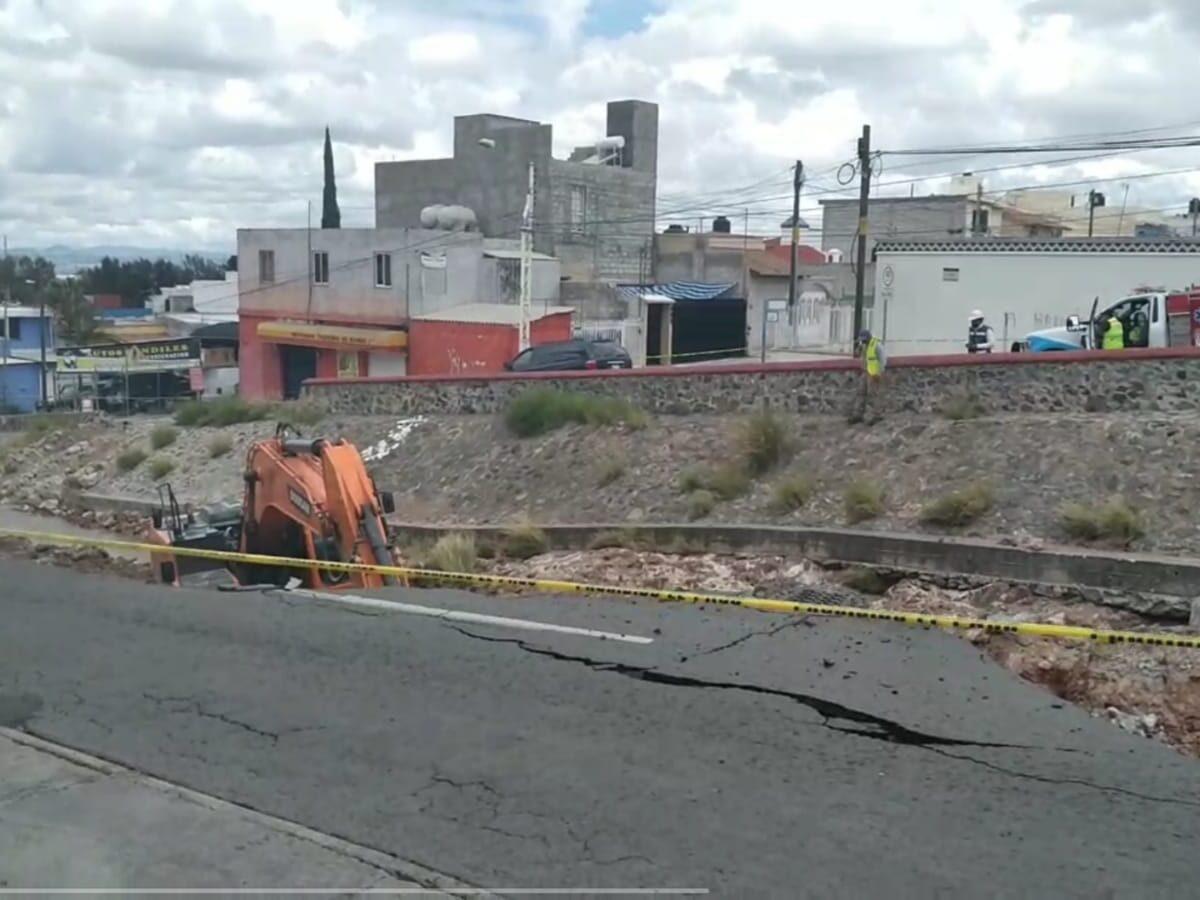 Autoridades atienden Dren que desgajó Av Candiles y se tragó un vehículo, provocando la muerte de dos personas
